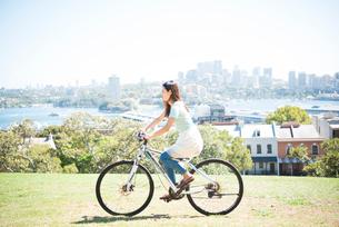 自転車に乗っている女性の写真素材 [FYI04079675]