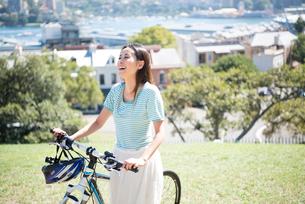 自転車を引いている女性の写真素材 [FYI04079677]
