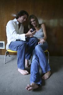エイトボールを持つ男性と女性の写真素材 [FYI04079682]