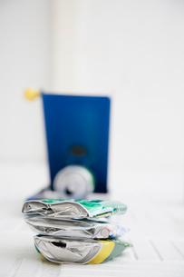 缶つぶし器でつぶされた缶の写真素材 [FYI04079685]