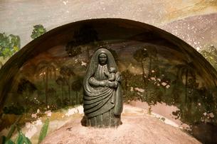 ロスアンヘレス大聖堂の黒いマリア像の写真素材 [FYI04079760]