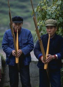 蘆笙を吹く苗族の写真素材 [FYI04080036]