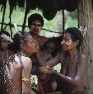 化粧するYIMAS族の写真素材 [FYI04080060]