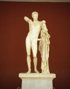 ディオニソスをあやすヘルメス像 オリンピア考古学博物館の写真素材 [FYI04080074]