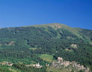 山の中腹の教会と城の写真素材 [FYI04080451]