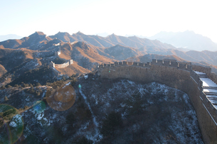 少し雪の積った万里の長城の金山嶺長城の写真素材 [FYI04080509]