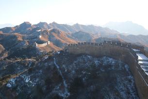 少し雪の積った万里の長城の金山嶺長城の写真素材 [FYI04080518]