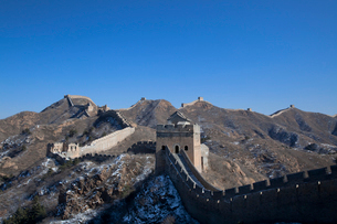 少し雪の積った万里の長城の金山嶺長城の写真素材 [FYI04080523]