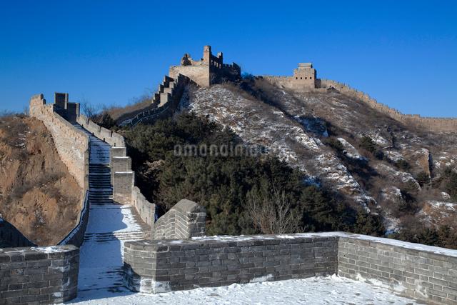 少し雪の積った万里の長城の金山嶺長城の写真素材 [FYI04080526]