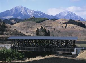 阿蘇望橋と阿蘇山の写真素材 [FYI04080653]