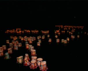 庭月観音灯ろう流しの写真素材 [FYI04080994]