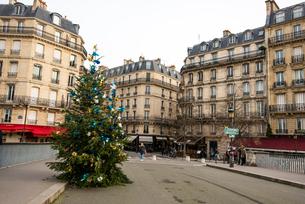 パリ,サン=ルイ橋のクリスマスツリーとサン=ルイ島街の風景の写真素材 [FYI04081046]