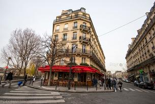 パリ,サン=ルイ島,ブルボン通りとジャン・デュ・ベレ通り街の風景の写真素材 [FYI04081049]