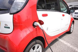ハイブリッドカー 充電中の写真素材 [FYI04081167]