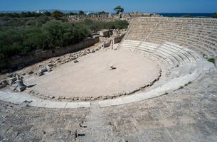 地中海が見える円形劇場の写真素材 [FYI04081211]