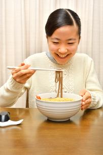 年越しそばを食べる女の子(大晦日)の写真素材 [FYI04081244]