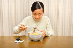 年越しそばを食べる女の子(大晦日)の写真素材 [FYI04081292]