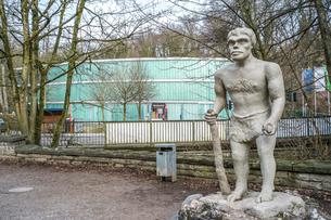 ネアンデルタール博物館とネアンデルタール人の復元像の写真素材 [FYI04081293]