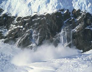 デビル氷河の雪崩 ニコハーバーの写真素材 [FYI04081923]