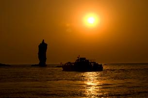 ローソク島と夕日の写真素材 [FYI04081987]