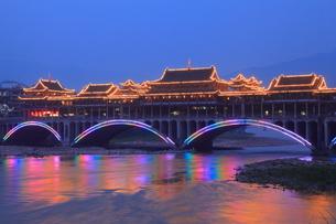 青衣江にかかる雅州廊橋 夜景の写真素材 [FYI04082022]