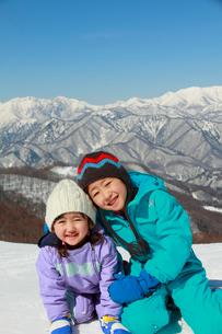 雪山と子供たちの写真素材 [FYI04082052]