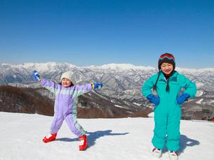 雪山と子供たちの写真素材 [FYI04082056]