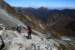 ザイテングラートを下る登山者と涸沢カールの写真素材 [FYI04082111]