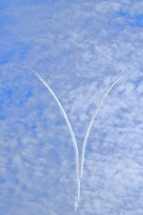 ブルーインパルスのアクロバット飛行の写真素材 [FYI04082158]