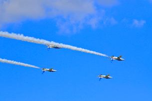ブルーインパルスのアクロバット飛行の写真素材 [FYI04082160]