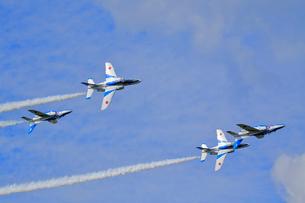 ブルーインパルスのアクロバット飛行の写真素材 [FYI04082161]