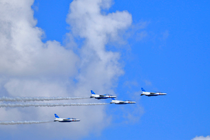 ブルーインパルスのアクロバット飛行の写真素材 [FYI04082162]