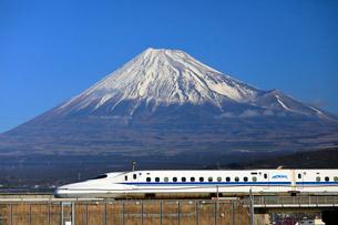 新幹線と富士山の写真素材 [FYI04082165]