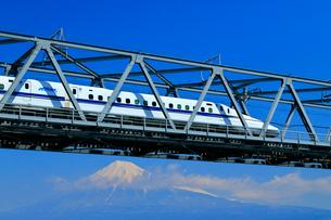 新幹線と富士山の写真素材 [FYI04082168]