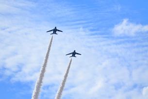 ブルーインパルスのアクロバット飛行の写真素材 [FYI04082169]