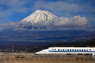新幹線と富士山の写真素材 [FYI04082170]