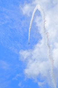ブルーインパルスのアクロバット飛行の写真素材 [FYI04082172]
