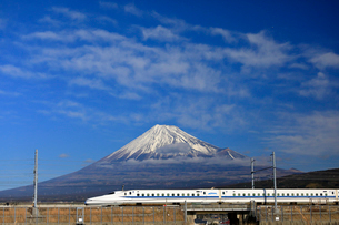 新幹線と富士山の写真素材 [FYI04082175]