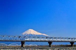 新幹線と富士山の写真素材 [FYI04082179]