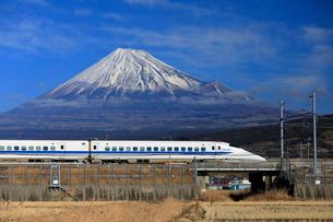 新幹線と富士山の写真素材 [FYI04082180]