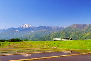 小海線と甲斐駒ケ岳の写真素材 [FYI04082190]