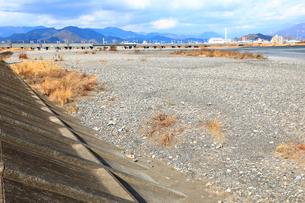 瀬切れして川の表流水が消失した安倍川の写真素材 [FYI04082224]