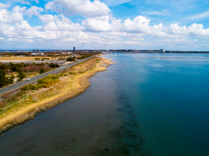 浜名湖と浜名湖大橋 ドローン撮影の写真素材 [FYI04082231]