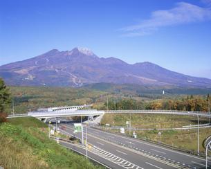 秋の上信越道信濃町インターチェンジと妙高山の写真素材 [FYI04082672]