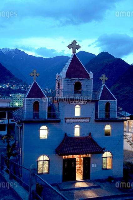 街並とミサ中の天主教堂 怒江リス族自治州の写真素材 [FYI04082754]