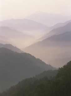 高野山より大峯方面の夜明けの写真素材 [FYI04082902]