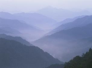 高野山より大峯方面の夜明けの写真素材 [FYI04082910]
