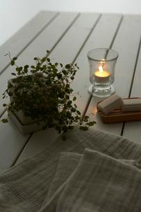 キャンドルとタオルと植物の写真素材 [FYI04083118]
