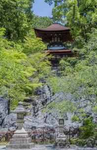 石山寺の硅灰岩の上に建つ多宝塔の写真素材 [FYI04083310]