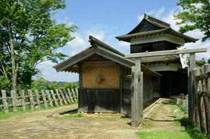 足助城(真弓山城) 本丸・高櫓と長屋(左)の写真素材 [FYI04083319]
